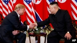 Prezidan ameriken an Donald Trump ak lidè Nò Koreyen an Kim Jong Un pandan somè sou dezameman nikleyè a nan Hanoi, Vietnam mèkredi 27 fevriye 2019 la. (Foto: AP/Evan Vucci)
