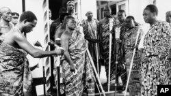 Malaman gargajiya su na addu'a ma shugaban Ghanma na farko, Kwame Nkrumah, a lokacin da zai shiga majalisar dokoki 1965.