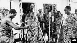 L'ex-président ghanéen Kwame NKrumah, père de l'indépendance, arrivant à l'Assemblée nationale, Accra, Ghana, le 24 août 1965.