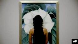 """یک بازدیدکننده در حال تماشای تابلوی """"قیاق/گل سپید شماره یک"""""""