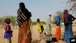 Chadians who fled the Lake Chad shore village of N'Gouboua stand in their makeshift camp. (File)