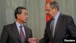 11일 러시아 모스크바를 방문한 왕이 중국 외교부장이 세르게이 라브로프 러시아 외무장관(오른쪽)과 회담을 가진 뒤 공동기자회견을 가졌다.
