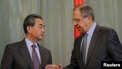 拉夫羅夫(右)歡迎王毅(左)到訪莫斯科