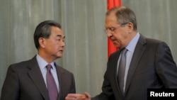 Menteri Luar Negeri Rusia Sergey Lavrov (kanan) dan Menteri Luar Negeri China Wang Yi di Moskow, Rusia (11/3).