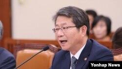 류길재 한국 통일부 장관이 8일 국회 외교통일위원회에서 열린 통일부 국정감사에서 답변하고 있다.