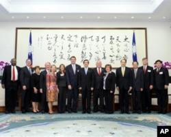 台湾总统马英九与美议员访问团合照