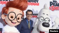 """Ty Burrell, centro, miembro del elenco posa durante el estreno de la película de dibujos animados """"Las aventuras de Peabody y Sherman""""."""
