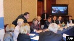 Нэнси Пелоси и Джон Маккейн среди участников форума