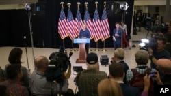 Ứng cử viên tổng thống của đảng Dân chủ Hillary Clinton phát biểu tại một cuộc họp báo tại trường trung học Theodore Roosevelt tại Des Moines, Iowa, thứ Sáu ngày 28 tháng 10 năm 2016.