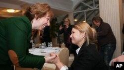 Kepala kebijakan luar negeri Uni Eropa, Cahterine Ashton (kiri) saat bertemu dengan mantan PM Ukraina Yulia Tymoshenko di Kyiv, Ukraina (25/2).