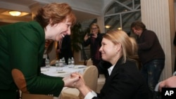 캐서린 애슈턴 유럽연합 외교안보 고위대표(왼쪽)가 25일 우크라이나 수도 키예프에서 최근 석방된 율리아 티모센코 전 총리와 만났다.