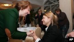 Trưởng ban đặc trách Chính sách Đối ngoại châu Âu Catherine Aston (trái) và cựu Thủ tướng Yulia Tymoshenko của Ukraina gặp nhau trong thủ đô Kyiv của Ukraina, 25/2/14