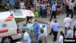 Nhân viên y tế vận chuyển nạn nhân tại 1 bệnh viện sau vụ nổ nhà máy ở Côn Sơn, tỉnh Giang Tô, 2/8/2014.