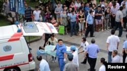 2일 쿤산시 사고 현장 인근에서 환자가 이송되고 있다