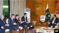 Shugban kasar Pakistan Asif Ali Zardari, da wata tawagar wakilan majalisar dokokin Amurka da suke ziyara cikin kasar.
