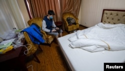 一名从海外回到中国的留学生集中在山西省太原市的一家旅馆房间里隔离。(2020年3月17日)
