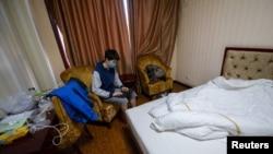 一名從海外回到中國的留學生集中在山西省太原市的一家旅館房間裡隔離。 (2020年3月17日)