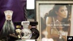 နယူးေယာက္ၿမိဳ႕ရွိ Lord & Taylor ကုန္တိုက္ႀကီးတြင္ ခင္းက်င္းျပသထားေသာ Kardashian တံဆိပ္ ေရေမႊးဘူးမ်ား။ ၾသဂုတ္ ၂၃၊ ၂၀၁၂။