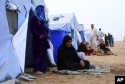 Những người nổi dậy và người tỵ nạn bỏ chạy khỏi thành phố Mosul và tìm kiếm chỗ trú ngụ ở trại Khazir, gần Irbil, 12/6/2014