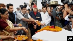 Chủ tịch đảng BJP của Ấn Độ, ông Nitin Gadkari tỏ lòng tôn kính những chiến sĩ đã hy sinh trong trận chiến năm 1962 giữa Ấn Độ và Trung Quốc trong buổi lễ ở Gauhati, 18/10/12