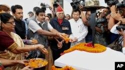 印度人民党主席加德卡里在印度高哈蒂祭奠1962年中印战争的烈士