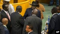 Presiden Sudan Selatan, Salva Kiir (tengah, memakai topi hitam) bersalaman dengan pemimpin pemberontak Riek Machar, dalam perundingan di Addis Ababa, Ethiopia (17/8).