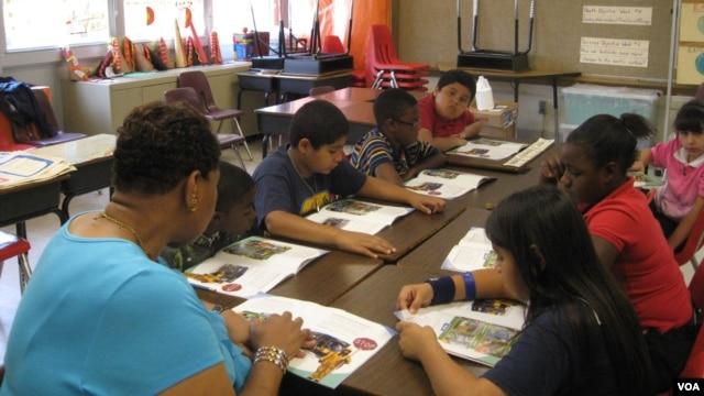Teacher Gloria Pegram leads a summer school session at Bushman Elementary in Dallas, Texas. (VOA/B. Zeeble)