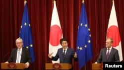 아베 신조 일본 총리(가운데)가 지난해 7월 장 클로드 융커 EU 집행위원장(왼쪽)과 도날드 투스크 EU 정상회의 상임의장과 도쿄 총리 관저에서 기자회견을 열었다.