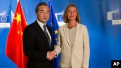 فدیریکا موگیرینی، رئیس پالیسی خارجی اروپا در سمت راست و وانگ یی، وزیرخارجۀ چین، روز جمعه در مقر اصلی ناتو در بروکسل با هم دیدار کردند