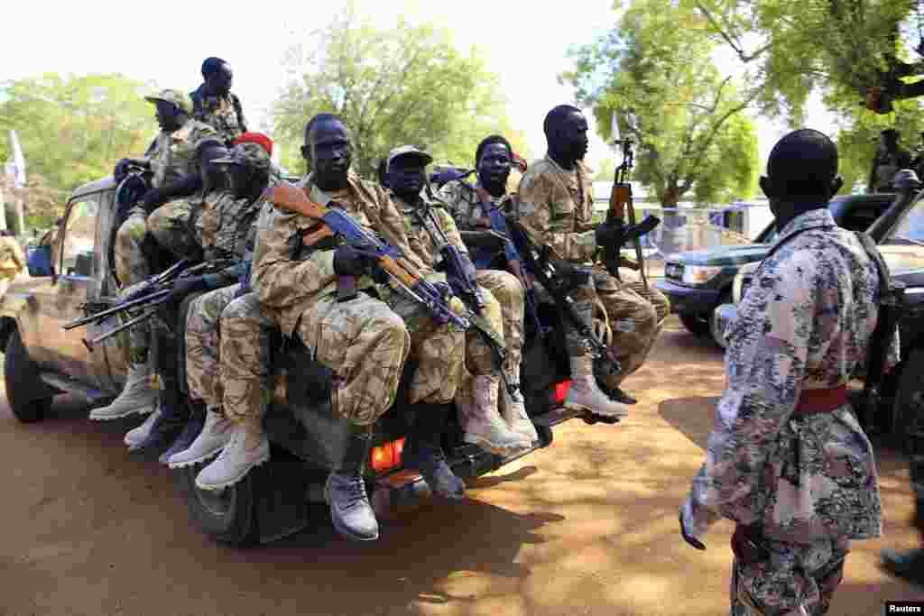 جنوبی سوڈان کے وزیر پٹرولیم کا یہ بیان بھی سامنے آیا ہے کہ باغیوں نے تیل کی چند تنصیبات پر بھی قبضہ کر لیا ہے۔