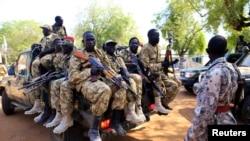 Tentara Sudan Selatan duduk di sebuah truk bak terbuka sambil memegang senjata mereka di wilayah Bor, 180 kilometer barat laut dari ibukota Juba, 25 Desember 2013 (Foto: dok).