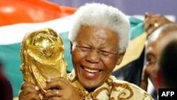Cựu Tổng thống Nam Phi Nelson Mandela cầm chiếc cúp của FIFA