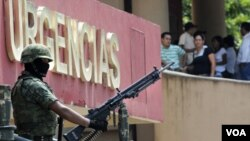 """El ejército vigila el Hospital Regional de Veracruz, dentro de la campaña """"Veracruz seguro""""."""