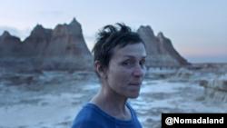 La actriz Frances McDormand, en una escena de la película Nomadland de la directora Choe Zhao. Cortesía: @Nomadland.