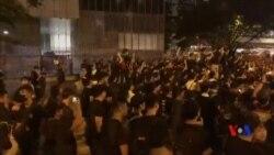 香港反送中遊行人士悼念墮樓身亡的示威者