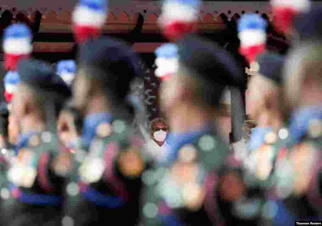 고타바야 라지팍사 스리랑카 대통령이 콜롬보에서 열린 73주년 독립기념 축하 행사를 지켜보고 있다.