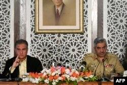 پاکستان کے وزیر خارجہ شاہ محمود قریشی اور فوج کے ترجمان میجر جنرل بابر افتخار سرحدی کشیدگی پر پریس کانفرنس کر رہے ہیں۔ نومبر 2020