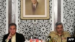 Minisitiri w'Ububanyi n'amahanga wa Pakistani Shah Mehmood Qureshi, ibumaso, n'umuvugizi w'ingabo General Major, Babar Iftikhar, mu kiganiro n'abanyamakuru ku mwuka mubi hagati ya Pakistani n'Ubuhinde, Islamabad, taliki 14/11/20.