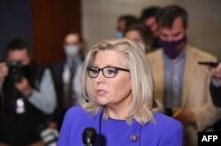 미국 공화당 리즈 체니 하원의원이 12일 하원 공화당 투표로 의원총회 의장직을 박탈 당한 뒤 기자회견을 했다.
