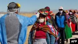 سنجش حرارت بدن ساکنان محلی عازم بازار خرید هفتگی در نزدیکی مرز بولیوی. ۸ ژوئیه ۲۰۲۰