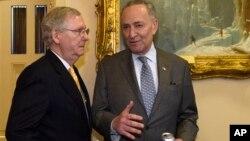 2016年4月13日,当时的国会参议院多数党领袖米奇·麦康奈尔和时任参议院少数党领袖的查克·舒默在国会大厦内交谈。
