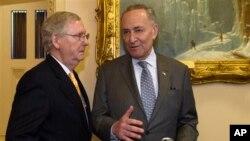 2016年4月13日,當時的國會參議院多數黨領袖米奇·麥康奈爾和時任參議院少數黨領袖的查克·舒默在國會大廈內交談。