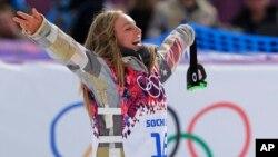 Nữ vận động viên Mỹ Jamie Anderson ăn mừng chiến thắng sau cuộc tranh tài ở bộ môn ván trượt tuyết lao dốc và vượt chướng ngại vật, ngày 9/2/2014.
