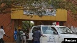 Pintu masuk rumah sakit Donka Hospital, tempat penderita virus ebola dirawat, di Conakry 28 Maret 2014.