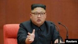 Kim Jong Un berbicara pada sebuah rapat pleno Komite Pusat Partai Pekerja Korea di Istana Kumsusan dalam foto tanpa tanggal rilis oleh Kantor Berita Pusat Korea Utara, di Pyongyang, 8 Oktober 2017.