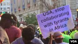 """示威者举着标语:""""美国,停止和非洲暴君合作""""(美国之音拍摄)"""