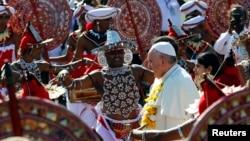 Paus Fransikus disambut tarian saat tiba di bandar udara Kolombo, Sri Lanka (13/1).