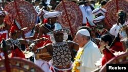 Papa Faransisiko ageze ku kibuga cy'indege cya Colombo muri Sri-Lanka taliki ya 13 /01/2015