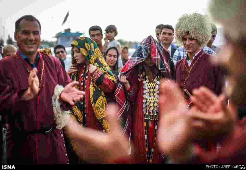 عروسی نمادین اقوام ترکمن در نمایشگاه اقوام در استان گلستان. نمایش رنگها و لبخندها باید جایی ثبت شوند مبادا فردا دیگر فراموش شده باشند.