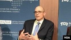 美國中央情報局東亞與太平洋使命中心副助理主任柯林斯2019年3月20日在戰略與國際研究中心有關中國崛起的研討會上發言(美國之音莉雅拍攝)